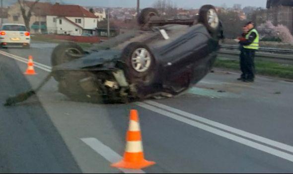 Prevrnuo se automobil kod Zastavinog solitera (FOTO)