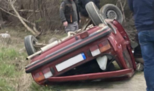 Auto se prevrnuo na krov u Beloševcu (FOTO)