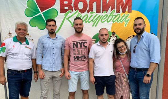 """Udruženje """"Volim Kragujevac"""" obezbedilo školski pribor za ugroženu decu, podršku pružili i Rotaraktovci (FOTO)"""