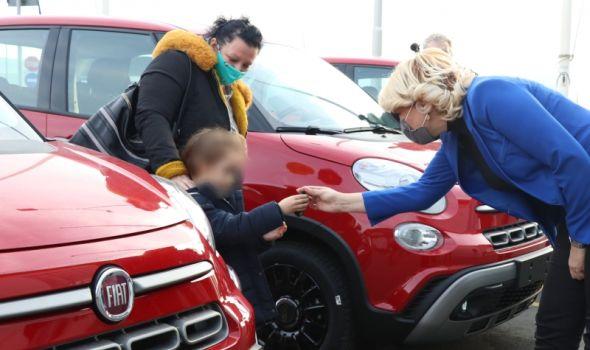 """Uručeni ključevi Fiata 500L dobitnicima nagradne igre """"Uzmi račun i pobedi"""", među njima i jedan Kragujevčanin"""