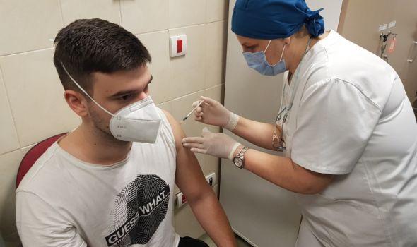 U kragujevačkom Kliničkom centru počela vakcinacija zadravstvenih radnika (FOTO)