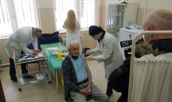 Vakcinisano 35 starijih Kragujevčana (FOTO)