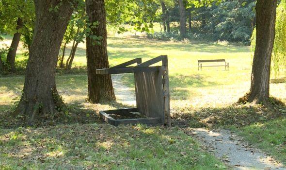 Vandalizam u Šumaricama: Izlomljene klupe, prevrnuti mostovi, počupane sadnice… (FOTO)
