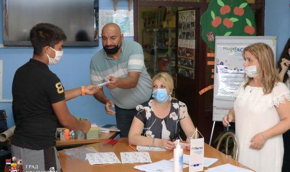 Vaučeri za kupovinu odeće i školskog pribora uručeni romskim đacima i studentima