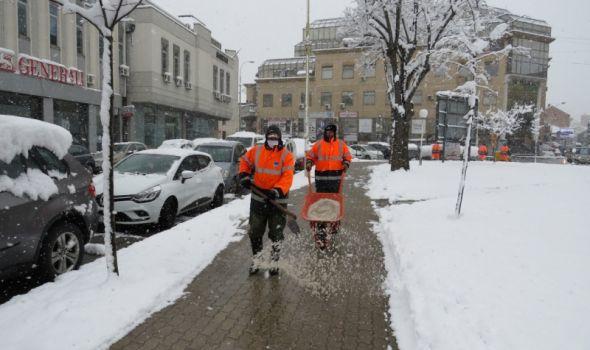 POBELEO Kragujevac: Gradske ulice prohodne, čiste se pešačke staze (FOTO)