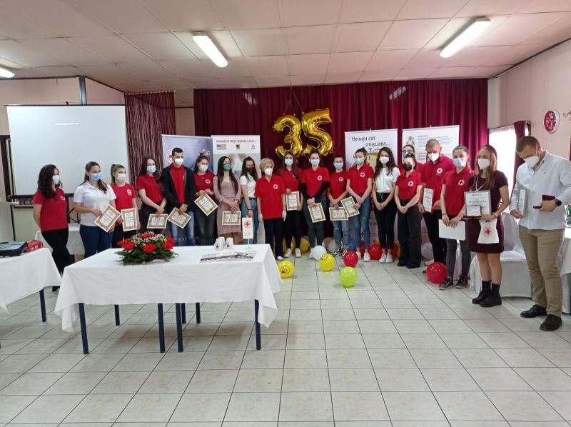 "Volonteri Omladinske terenske jedinice ""Dr Elizabet Ros"" Crvenog krsta Kragujevac obeležili 35 godina rada"