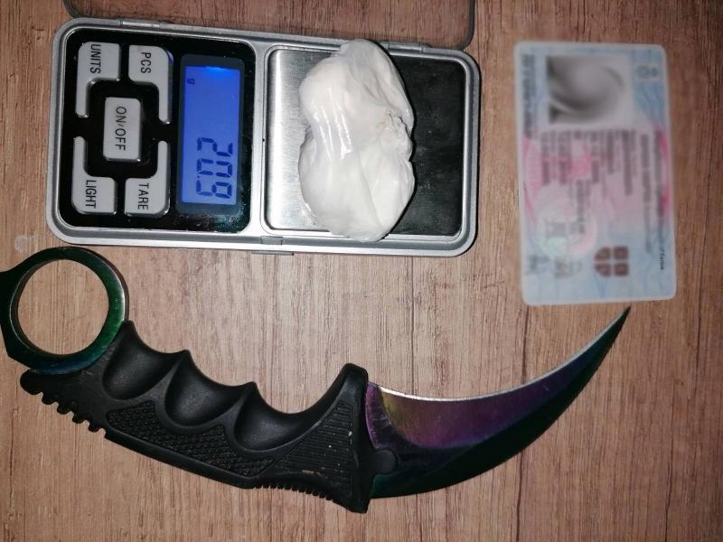 Drogiran vozio, policija ga zaustavila i pronašla amfetamin i sečivo