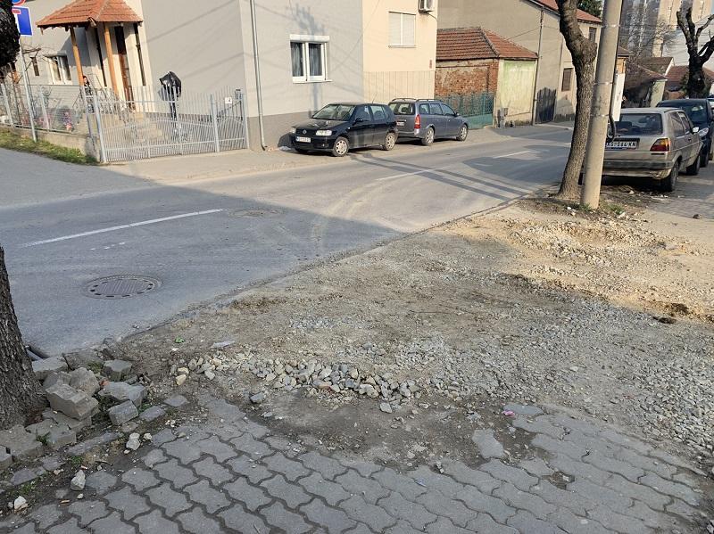 Ulice se raspadaju, vlast brine samo oko izbora: Krateri, razvaljeni ivičnjaci, rupa do rupe (FOTO)