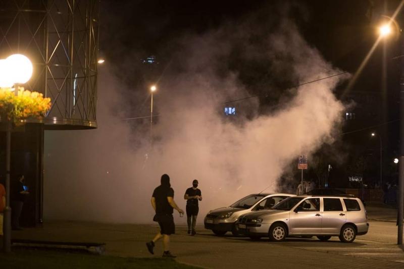 PROTEST PRERASTAO U HAOS: Demoliranje zgrade Gradske i Policijske uprave, baklje, suzavac, privođenja (FOTO)